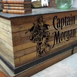 Bar en bois palette marquage au pochoir captain morgan mon artisane style pochoir