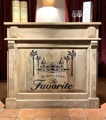 Pochoir La Favorite sur bar en bois Yvan D