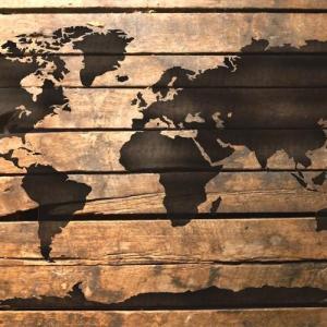 Hoir planisphere mappemonde carte du monde peint sur palette en bois mon artisane
