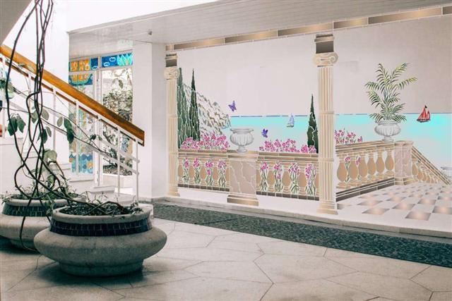Paysage maritime peint au pochoir sur grand mur fresque